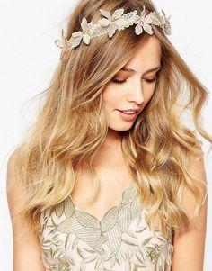 Pin for Later: 65 Accessoires Pour Cheveux Qui Ne Sont Pas des Couronnes de Fleurs  Love Rocks Serre-tête en dentelle avec fleurs ornée de perles - Beige (31€)