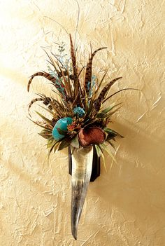Floral & Pheasant Feathers Horn Wall Hanging Use cactus boot! Cow Skull Decor, Cow Skull Art, Southwestern Decorating, Southwest Decor, Antler Crafts, Antler Art, Feather Bouquet, Cow Horns, Deer Horns