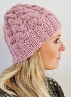 Hekta på strikk: Lue med fletter i fleng