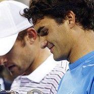 La classe e l'eleganza di due incredibili campioni: Roger Federer mette a segno un colpo da biliardo che lascia di stucco anche il suo avversario Andy Roddick che con signorilità e sportività gli stringe la mano.