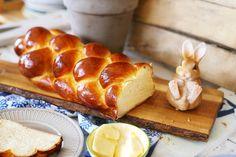 Ha megkérdeznénk 100 embert arról, hogy mi jut eszükbe a húsvétról, 80 tutira a kalácsot mondaná! Nincs is jobb az ünnepek alatt egy ültő helyedben véletlenül megenni a kalács felét! Éppen ezért mutatok egy tökéletes kalácsreceptet, amit mindenki össze tud dobni! Lekvárosüvegeket, kiskanalakat elő, jön a friss házi kalács! Bread Rolls, Cake Cookies, Bread Recipes, Food And Drink, Easter, Healthy Recipes, Baking, Breakfast, Brioche