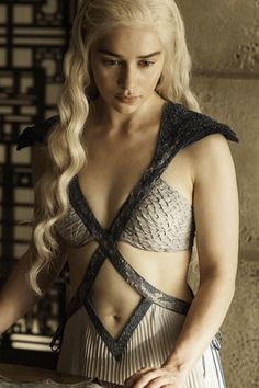 Emilia Clarke as Khaleesi (Daenerys Targaryen), Game of Thrones, HBO Daenerys Game Of Thrones, Game Of Thrones Saison, Emilia Clarke Daenerys Targaryen, Game Of Throne Daenerys, Game Of Thrones Fans, Game Of Thrones Characters, Clarke Game Of Thrones, Costumes Game Of Thrones, Game Of Thrones Dress