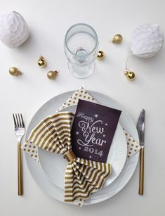 25 New Years party table decor ideas A New Year is approaching and if you are hosting a party this year, it is high time to buy some champagne and think about the E … New Year Diy, Happy New Year 2014, New Years Eve Decorations, Party Table Decorations, New Years Dinner, New Years Eve Party, New Year's Eve Activities, Happy New Year Message, Nouvel An