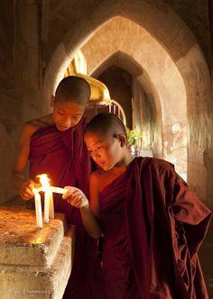 佛教僧侣蜡烛照明的国家,缅甸(缅甸蒲甘位于2000 +的寺庙之一)  看到更多的照片拍摄有蒲甘和