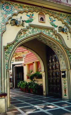 Incredible India architecture courtyard entrance! #architecture #design #India #Hindu                                                                                                                                                                                 Más
