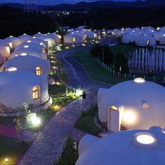 ToreTore Village, actually a hotel resort featuring polystyrene bubble cottages, in Wakayama, Japan. Wakayama, Places To Travel, Places To Go, Bubble House, Earth Bag Homes, Japan Landscape, Dome House, Beach Trip, Japan Travel