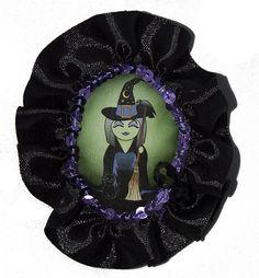 Broche de tela Kokeshi bruja