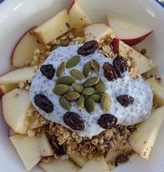 Vegan Fruit and Nut Chia Pudding Breakfast Bowl Recipe Chia Pudding Breakfast, Breakfast Bowls, Vegan Breakfast, Pouding Chia, Rice Bowls, Plant Based Recipes, Fresh Fruit, Granola, Omega