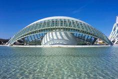 L'Hemisfèric (obra-prima arquitetônica construída na forma do olho humano) é uma das estruturas dentro da Cidade das Artes e das Ciências de Valência -  Espanha.