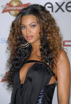 Beyonce Knowles Long Curls - Beyonce continues to rock the ombré locks, hitting the SI party with two-tone layered curls. Curly Hair Styles, Ombre Curly Hair, Long Curly Hair, Long Hair Cuts, Layered Curls, Layered Curly Hair, Beyonce Style, Beyonce Pics, Long Curls