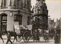 Traperos transitando por la esquina de Gran Vía con la calle de Alcalá, Madrid