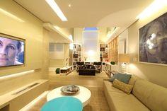 Integrada aos ambientes sociais, a sala de cinema (48 m²), planejada pela arquiteta Tania Bertolucci, recebeu duas lareiras abastecidas por etanol, da Arcaz (à esq.). O ambiente teve o teto rebaixado para criar uma maior sensação de aconchego