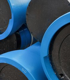 Las tuberías de fundición se usan en desagües de aguas pluviales y negras, redes de ventilación de desagües, sumideros. Como característica las tuberías de fundición dúctil se usan en acometidas de agua fría.  Ventajas: Resistente a la corrosión, durabilidad, resistente a las aguas calientes ácidas o básicas con un revestimiento interior adecuado, resistencia al choque térmico, débil propagación del ruido y son resistentes al fuego. Over Ear Headphones, Interior, Water Pipes, Fire, Indoor, Interiors