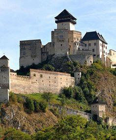 Trencín Castle, Trencín, western Slovakia http Beautiful Castles, Beautiful Buildings, Beautiful Places, Photo D'architecture, Bodiam Castle, Castle Parts, Castle Pictures, Beau Site, Palaces
