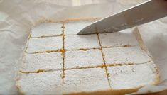 """Prăjitura """"Pătrățelele cu lămâie"""" (Lemon bars). Pentru toți amatorii de citrice! - Retete-Usoare.eu Feta, Dairy, Cheese"""