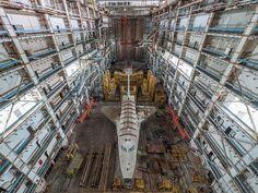 Imagina explorar edificios abandonados y encontrar un hangar con antiguas lanzaderas espaciales soviéticas llenas de polvo. ¡Menudo hallazgo! :O