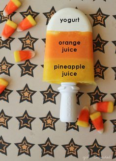 Need some healthy Halloween recipe ideas? Try out these Candy Corn Popsicles // Halloween Snack Comida De Halloween Ideas, Fete Halloween, Halloween Desserts, Halloween Tricks, Halloween Dinner, Halloween Halloween, Fall Treats, Holiday Treats, Summer Treats