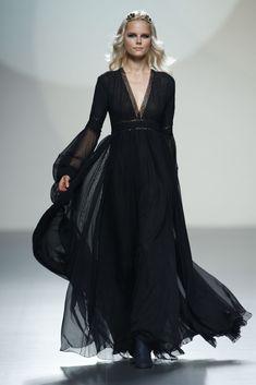 Teresa Helbig- Vestido de corte romántico en gasa negra.