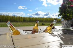 Nikkaroimme itse terassillemme pöydän ja siihen kuuluvat penkit. Pöydässä on jekkuna jääcooleri, jonka saa halutessaan myös piiloon. Juhlissa tämä on ihan paras pöytä, kun juomat saa viileään helposti. Ja kun cooleria ei käytä, sen joko peittää kokonaan piiloon tai sinne voi laittaa vaikkapa kesäkukkia.