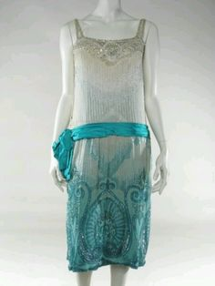 Evening Dress British, Made of silk and crepe, frozen flapper style 1920 Style, Style Année 20, Flapper Style, Looks Style, 1920s Flapper, 20s Fashion, Fashion Moda, Art Deco Fashion, Fashion History