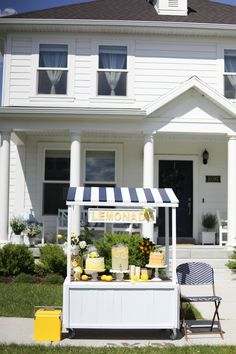 Build the most adorable summer-ready DIY multi-use lemonade stand using a basic template and lots of creative embellishments Snow Cone Stand, Snow Cones, Kids Lemonade Stands, Lemonade Bar, Diy Play Kitchen, Lemon Party, Food Truck Design, Dessert Stand, Flower Stands