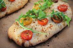 Focaccia mit frischen Tomaten und Rucola - außen knusprig, innen locker und weich. Zum Rezept geht's hier lang: www.ofenliebe-blog.de