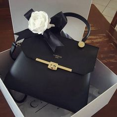 Luxury Purses, Luxury Bags, Luxury Handbags, Fashion Handbags, Purses And Handbags, Fashion Bags, 90s Fashion, Fashion Beauty, Beauty Style