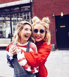Poppy and Zoe Zoella Outfits, Poppy Deyes, Sugg Life, Best Friend Poses, Zoe Sugg, Celebs, Celebrities, Friends Forever, Cool Hairstyles