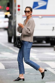 fall shoes Katie Holmes Found the Easiest Fall Shoe Trend to Wear With Jeans Katie Holmes, How To Have Style, Style Me, Fall Outfits, Casual Outfits, Looks Jeans, Winter Stil, Fall Jeans, Sweaters And Jeans