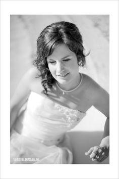 Beautifull bride sitting at the fountain / prachtige bruid zittend bij de fontein