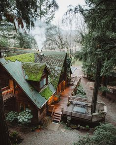 The coziest and coolest look cabin! Have you ever lived in or stayed at a cabin… The coziest and coolest look cabin! 💚🌲 Have you ever lived in or stayed at a cabin? 👀 TAG a friend who would LOVE to live here! Forest Cabin, Forest House, Tree Forest, Cabins In The Woods, House In The Woods, Cottage In The Woods, Cabin Homes, Log Homes, Tiny House