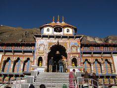 Por favor, aceitem nossas humildes reverências. Todas as glórias a Sri Sri Guru e Gauranga! Neste ano de 2015, 21 de abril, é Aksaya-Tritiya (um auspicioso dia para começar novos projetos), Candana...
