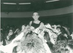 Gabriele Lavia assediato dai fan dopo Amleto, novembre 1984 | © Teatro Eliseo