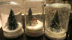 Kerst decoratie. Lege glazen potjes gevuld met nepsneeuw en minifiguurtjes. deksel met dubbelzijdig tape in de sneeuw gedoopt