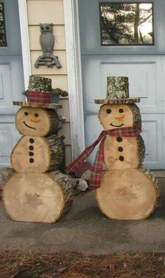 Bonhommes de neige en rondins de bois pour la décoration extérieure. 17 Décorations de Noel DIY avec des rondins de bois