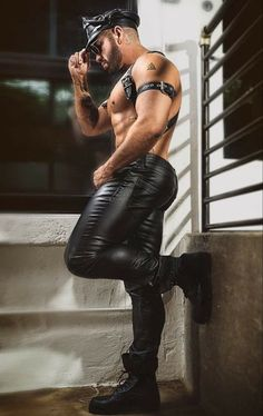 Muscle Bear Men, Muscle Men, Men In Tight Pants, Just Beautiful Men, Leather Jeans, Black Leather, Hommes Sexy, Tights Outfit, Actor Model