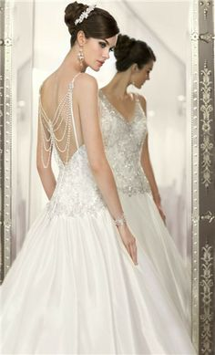 We all know vintage never really goes out of style and neither will this gorgeous wedding gown.