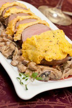 Wildschweinrücken mit Polentakruste und herbstlichen Begleitern: Maroni-Pilzpfanne. Dazu passt cremige Knoblauchpolenta.