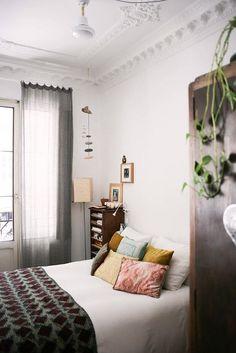 ornate crown modling and bohemian modern bedroom decor. / sfgirlbybay