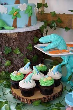 Totally Roarsome Dinosaur Inspired Birthday Party Cupcakes on Pretty My Party Dinosaur Cupcakes, Dinosaur Birthday Cakes, Birthday Party Design, Boy Birthday Parties, 3rd Birthday, Birthday Ideas, Festa Jurassic Park, Cupcake Party, Party Ideas