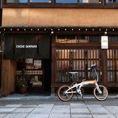 """「カカオサンパカ」はスペイン王室御用達の高級チョコレートブランド """"カカオサンパカ""""の金沢支店。伝統的な町家が並ぶ景観にしっとりと馴染んでいる店舗です。  1階はテイクアウト専門のショップ、2階がカフェスペース。"""