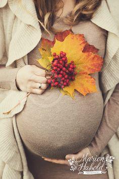 Herbstliches Outdoor-Babybauchshooting im November bei Esslingen am Neckar | Babybauch und Neugeborenenfotografie