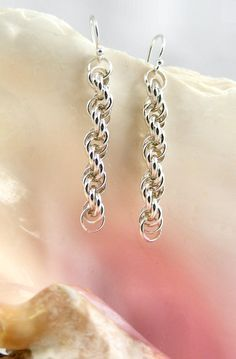 Chainmaille: Sweet Freedom Designs: Very Sparkly Spiral Chainmaille Bracelet and Earrings - Inspiration. Jump Ring Jewelry, Metal Jewelry, Beaded Jewelry, Jewelry Rings, Handmade Jewelry, Jewellery Uk, Earrings Handmade, Bijoux Design, Jewelry Design