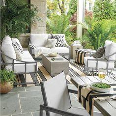 Diseño de hoja gris y crema cubierta cojín suelto en tejido de Mirage.