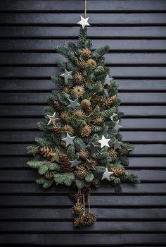 Sæt juletræet til dørs annette von einem jul dekoration til døren kogler gran xmastree Wall Christmas Tree, Christmas Door Decorations, Rustic Christmas, Beautiful Christmas, Simple Christmas, Christmas Home, Christmas Wreaths, Christmas Crafts, Christmas Ornaments