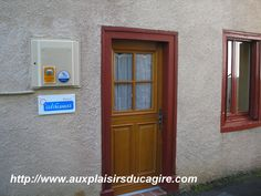 Entré du gîte clévacances Landline Phone, Bathroom Medicine Cabinet, Character Home