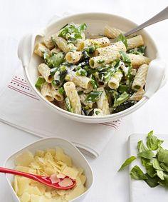 Zuckerschoten, Erbsen und Basilikum verpassen der Pasta den frischen Frühlings-Look, Ricotta sorgt für Bindung, Pecorino für angenehme Würze.