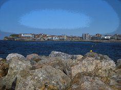 La  playa se encuentra en el concejo y ciudad costera de Gijón. Está situada muy cerca de centro de la ciudad, justo al lado del Puerto Deportivo, del Talasoponiente y del Acuario.