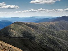 La Gran Cordillera Divisoria es la cadena de montañas más importante de Australia. Esta se extiende por más de 3500 km, desde el extremo noreste de Queensland, a lo largo de toda la costa oriental atravesando Nueva Gales del Sur, y el estado de Victoria