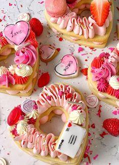 Valentines Baking, Valentines Day Cakes, Valentine Desserts, Homemade Valentines, Valentine Cookies, Valentine's Day Sugar Cookies, Pink Cookies, Royal Icing Cookies, Menu Saint Valentin